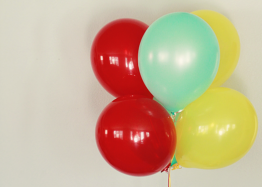 carnival birthday party balloons