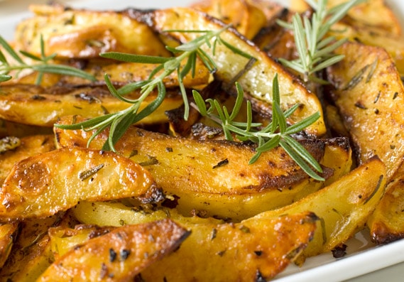 Rosemary and Garlic Roasted Potatoes | These rosemary and garlic roasted potatoes are quick and easy to make and crunchy on the outside and soft on the inside!