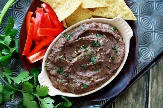 This black bean hummus is made with black beans instead of chickpeas, and is flavored with lime and cumin. This is a great dip to make for parties and potlucks! #blackbean #hummus #hummusrecipe #appetizer