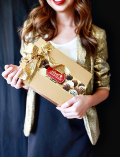 How to Be the Best Guest: Holiday Party Dos and Don'ts - Tips and ideas for Hostess Gifts and Holiday Party Etiquette
