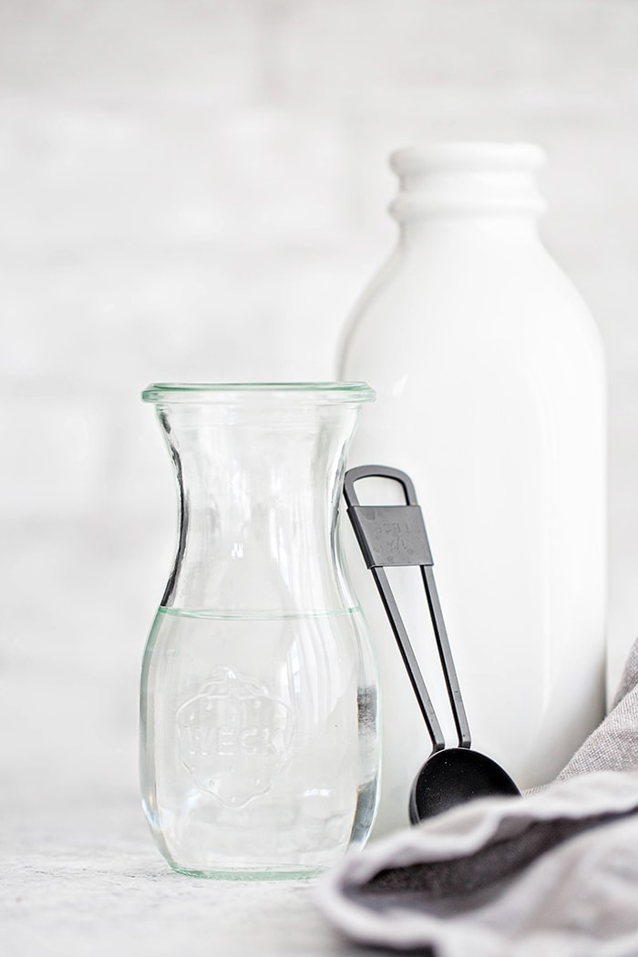 white vinegar and a measuring spoon